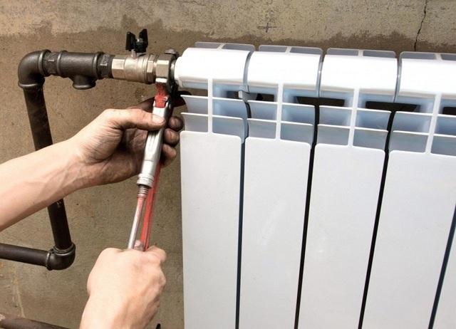 Кто должен менять батареи отопления в квартире и за чей счет